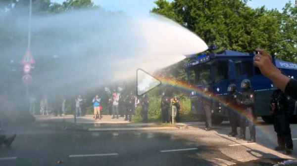 G20-protestes-Water-cannons-and-water-torchs_video2
